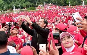 Presiden Jokowi berswafoto bersama peserta senam tera di kawasan Kebun Raya Bogor, Minggu (9/12). (BPMI)