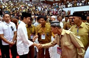 Presiden dalam acara Sosialisasi Dana Desa di Gedung Serbaguna Academic Activity Center (AAC) Prof. Dr. Dayan Dawood, Universitas Syiah Kuala, Banda Aceh, Jumat (14/12). (Foto: BPMI)