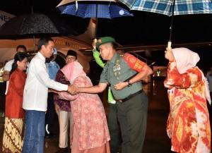 Presiden saat tiba diBandar Udara Internasional Sultan Syarif Kasim II, Sabtu (15/12). (Foto: BPMI)