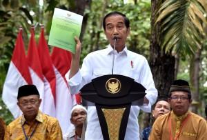 Presiden saat menyerahkan SK Perhutanan Sosial di Taman Hutan Pinus Kenali, Kota Jambi, Minggu (16/12). (Foto: BPMI)