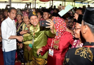 President Jokowi hands over 6,000 certificates of land rights to the community in the courtyard of Jambi Governor's office on Sunday (16/12). (Photo by: BPMI)