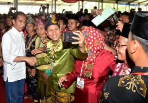 Presiden saat menyerahkan sertifikat 6.000 sertifikat hak atas tanah kepada masyarakat di halaman kantor Gubernur Jambi, Minggu (16/12). (Foto: BPMI)