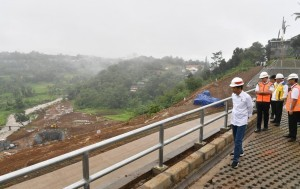 President Jokowi monitors the construction of Ciawi Dam on Wednesday (26/12). (Photo by: BPMI).