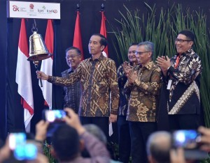 President Jokowi officially closed the stock trading transaction in 2018 at the Indonesia Stock Exchange (IDX), Jakarta, Friday (28/12) (Photo by: BPMI).