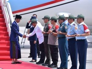 President Jokowi arrives at Kualanamu International Airport, Deli Serdang Regency, North Sumatra, Saturday (29/12). (Photo by: BPMI)