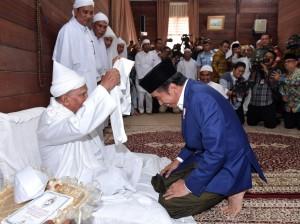 Presiden menerima kalungan sorban bersilaturahmi ke kediaman Syekh Haji Hasyim Al-Syarwani Tuan Guru Babussalam di Kabupaten Langkat, Sabtu (29/12). (Foto: BPMI)