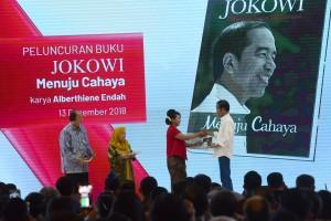 Presiden Jokowi bersalaman dengan penulis buku Jokowi Menuju Cahaya, Alberthiene Endah, di Ballrom Hotel Mulia, Senayan, Jakarta, Kamis (13/12). (Foto: Humas/Oji)