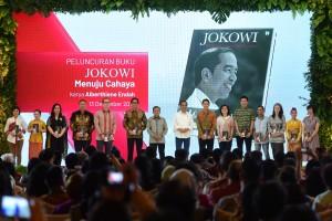 Presiden Jokowi berfoto bersama saat acara peluncuran buku Jokowi Menuju Cahaya karya Alberthiene Endah, di Ballrom Hotel Mulia, Senayan, Jakarta, Kamis (13/12). (Foto: Humas/Oji)