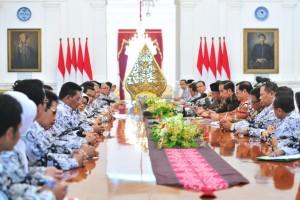 Presiden Jokowi didampingi Mensesneg, Seskab, dan Mendikbud menerima jajaran pengurus PGRI, di Istana Merdeka, Jakarta, Rabu (5/12) pagi. (Foto: JAY/Humas)