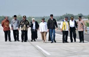 Presiden Jokowi dan Ibu Negara didampingi sejumlah pejabat berjalan kaki mencoba ruas tol Trans Jawa, di Jombang, Jatim, Kamis (20/12) pagi. (Foto: Setpres)