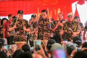 President Jokowi accompanied by Speaker of the House of Representatives and General Chair of FKPPI opens the FKPPI State Defense National Jamboree, at Ragunan Campground, Jakarta, Friday (7/12). (Photo by: Agung/Public Relations Division)