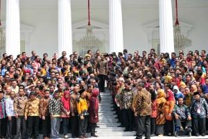 Presiden Jokowi berjalan di antara peserta Jambore Sumber Daya PKH, di halaman Istana Negara, Jakarta, Kamis (13/12) pagi. (Foto: JAY/Humas)