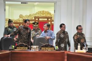 Presiden Jokowi berbincang dengan Wapres Jusuf Kalla sebelum memimpin Ratas tentang Pengembangan Batam, di Kantor Presiden, Jakarta, Rabu (12/12) siang. (Foto: JAY/Humas)