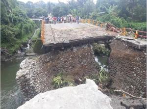 The collapsed Batang Kalu Bridge. (Photo: IST)