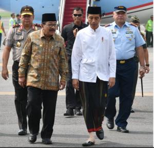 Presiden Jokowi disambut Gubernur Jatim Soekarwo saat tiba di Bandara Juanda, Surabaya, untuk melakukan kunjungan kerja ke Kabupaten Jombang, Selasa (18/12) pagi. (Foto: Setpres)