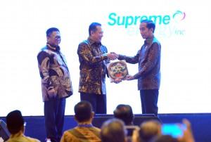Presiden Jokowi menyerahkan Buku Kemajuan Infrastruktur Nasional dalam Peluncuran Geoportal Kebijakan Satu Peta , di Hotel Bidakara, Jakarta, Selasa (11/12) pagi. (Foto: JAY/Humas)