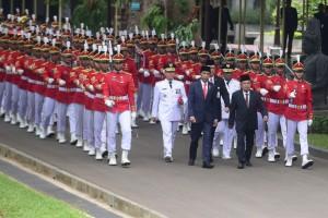 Presiden Jokowi dan Wapres Jusuf Kalla memimin kirab Gubernur Riau dan Gubernur Bengkulu di halaman Istana Negara, Jakarta, Senin (10/12) siang. (Foto: Rahmat/Humas)