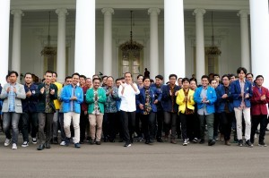 President Jokowi joins a group photo with participants of the 2018 National College Student Conference at the Bogor Presidential Palace, West Java, on Friday (7/12). (Photo by: Anggun/Public Relations Division)