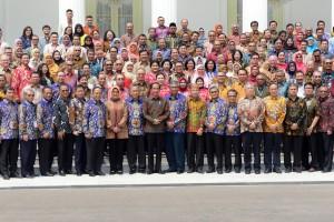Presiden Jokowi berfoto bersama peserta Kongres XIII Ikatan Akuntasi Indonesia (IAI), di halaman Istana Negara, Jakarta, Selasa (11/12) siang. (Foto: Rahmat/Humas)