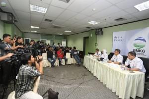 Kepala BMKG Dwikorita Kurniawati didampingi Deputi Bidang Metereologi dan Kapus Informasi Metereologi menyampaikan keterangan pers, di ruang studio mini BKMG, Jakarta, Senin (17/12) siang. (Foto: Humas BMKG)