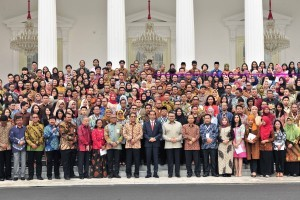 President Jokowi poses for a group photo  with participants of National Public Relations Convention 4.0, at the State Palace, Jakarta, Monday (10/12) (Photo: Jay/PR)
