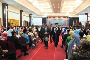 Seskab berjalan usai memberikan orasi ilmiah di Universitas Indo Global Mandiri (UIGM), Palembang, Sabtu (8/12). (Foto: Humas/Jay)