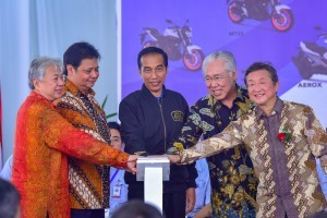President Jokowi, accompanied by a number of officials, presses the button to mark the launching of 1.5 million motorbikes produced by PT. YIMM, at Bizpark Commercial Estate, Pulogadung, Cakung, Jakarta, Monday (3/12). (Photo by: Agung/Public Relations)