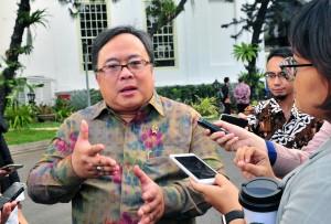 Menteri PPN/Kepala Bappenas Bambang Brodjonegoro menjawab wartawan usai mengikuti sidang kabinet paripurna, di Istana Negara, Jakarta, Rabu (5/12) sore. (Foto: JAY/Humas)