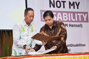 Minister of Industry Airlangga Hartarto and Minister of Social Affairs Agus Gumiwang Kartasasmita signs MoU in Jakarta, Thursday (27/12). (Photo by: Ministry of Industry PR).