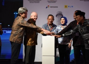 Coordinating Minister for the Economy Darmin Nasution, Managing Director of Pertamina, and other officials press the button marking the start of construction of Java 1 PLTGU, in Karawang, West Java, Wednesday (19/12).