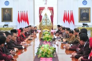 Presiden Jokowi didampingi Mensesneg dan Seskab menerima pengurus PPNI, di Istana Merdeka, Jakarta, Selasa (4/12) sore. (Foto: JAY/Humas)