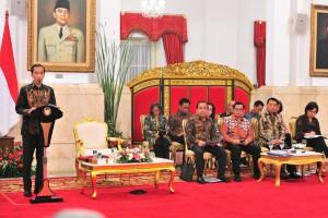 Presiden Jokowi menyampaikan pengantar pada sidang kabinet paripurna, di Istana Negara, Jakarta, Rabu (5/12) siang. (Foto: JAY/Humas)