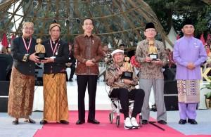 Presiden Jokowi berfoto bersama penerima penghargaan kebudayaan pada Kongres Kebudayaan Indonesia 2018, di Kemdikbud, Jakarta, Minggu (9/12). (Foto: Setpres)