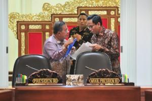 Menko Perekonomian Darmin Nasution berbincang denga Deputi Seskab bidang DKK Yuli Harsono sebelum dimulainya Rapat Terbatas Kabinet, di Kantor Presiden, Jakarta, Rabu (12/12) siang. (Foto: JAY/Humas)