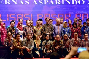President Jokowi in a group photo with participants of the 2018 Asparindo National Working Meeting, at Aryaduta Hotel, Jakarta, Wednesday (12/12). (Photo by: Agung/Public Relations Division)