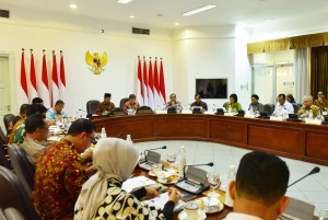 President Jokowi, accompanied by Vice President Jusuf Kalla, leads a limited meeting on the preparation for Christmas and New Year 2019, at the Presidential Office, Jakarta, Friday (21/12). (Photo by: Agung /Public Relations Division)