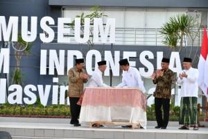 residen Jokowi meresmikan Museum Islam Indonesia K.H. Hasyim Asy'ari, di Tebuireng, Jombang, Jawa Timur, Selasa (18/12) siang. (Foto: Setpres)