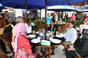 Presiden Jokowi dan Ibu Negara Iriana menikmati sajian kuliner lokal saat beristirahat di rest area KM 597B Tol Ngawi-Kertosono, Kamis (20/12). (Foto: Setpres)