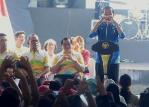 Presiden Jokowi menggunakan bahasa isyarat saat mengawali sambutannya pada peringatan Hari Disabilitas Internasional 2018, di halaman Parkir Mal Summarecon, Bekasi, Jawa Barat, Senin (3/12) siang. (Foto: Rahmat/Humas)
