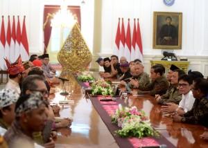 Presiden Jokowi menerima perwakila seniman dan budayawan, di Istana Merdeka, Jakarta, Selasa (11/12) sore. (Foto: Rahmat/Humas)