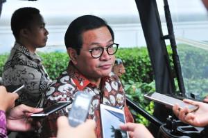 Seskab Pramono Anung menjawab wartawan usai mengikuti sidang kabinet paripurna, di Istana Negara, Jakarta, Rabu (5/12) sore. (Foto: JAY/Humas)