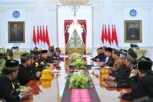 Presiden Jokowi didampingi Seskab dan KSP menerima pimpinanLAM Riau, di Istana Merdeka, Jakarta, Selasa (4/12) siang. (Foto: JAY/Humas)