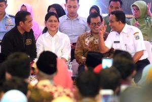 Presiden Jokowi, Ibu Negara Iriana, Seskab, dan Gubernur DKI tampak tersenyum saat menghadiri penyerahan 5000 sertifikat, di Pulogebang, Jakarta, Senin ((3/12) sore. (Foto: Rahmat/Humas)