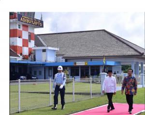 Presiden Jokowi disambut Gubernur DIY Sri Sultan Hamengkubuwono X, di Bandara Adi Sutjipto, Yogya, Kamis (6/12) pagi. (Foto: Setpres)