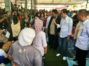 Presiden Jokowi meninjau lokasi penanganan terdampak bencana tsunami, di Pandeglang, Banten, Minggu (24/12) pagi. (Foto: Setpres)