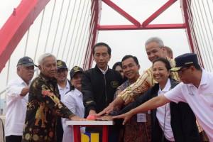 Presiden Jokowi didampingi Ibu Negara Iriana meresmikan beroperasinya 3 ruas tol bagian dari Jalan Tol Trans Jawa, di Jembatan Kali Kuto, Semarang, Jateng, Kamis (20/12) siang. (Foto: OJI/Humas)