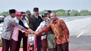 Presiden Jokowi dan Ibu Negara Iriana didampingi sejumlah pejabat menekan sirine tanda peresmian 4 ruas tol Trans Jawa, di Jombang, Jatim, Kamis (20/12) pagi. (Foto: Setpres)