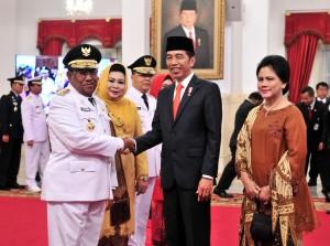 Presiden Jokowi didampingi Ibu Negara Iriana menyampaikan ucapan selamat kepada Wan Hasyim yang dilantik sebagai Gubernur Riau, sementara di belakangnya Gubernur Bengkulu Rohidin Mersyah, di Istana Negara, Jakarta, Senin (10/12) siang. (Foto: JAY/Humas)