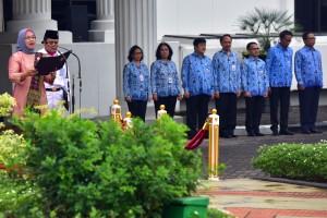 Deputi bidang Administrasi Pengelolaan Istana, Rika Kiswardani, membacakan sambutan tertulis Menteri PPPA pada Peringatan Hari Ibu ke-90, di lapangan parkir Kemensetneg, Jakarta, Rabu (26/12) pagi. (Foto: Rahmat/Humas)