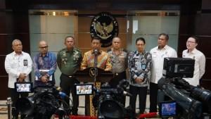 Menko Polhukam menyampaikan keterangan pers usai Rapat membahas Perkembangan Penyelesaian Permasalahan Papua di kantor Kemenko Polhukam, Jakarta, Selasa (11/12). (Foto: Kemenko Polhukam).